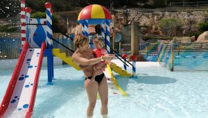 laguna bebes aqualandia3 300x170 - Destinos ideales para viajar con niños