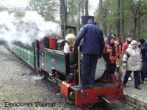 Tren del Fin del Mundo Ushuaia Argentina 300x225 - Experiencias increíbles viajando en tren por Travel Bloggers