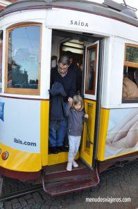 tranvia lisboa menudos viajeros 199x300 - Experiencias increíbles viajando en tren por Travel Bloggers