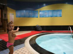 piscina fraser residence 2 300x225 - ¿Dónde alojarse en Shanghái con niños?