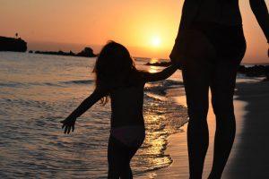 atardecer santo tomas 2 300x200 - Una tarde de verano en Menorca con niños, ¿qué hacer?