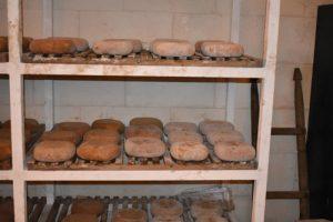 fabrica queso 3 300x200 - Una tarde de verano en Menorca con niños, ¿qué hacer?