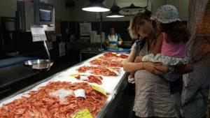 pescaderia puerto mahon 2 300x169 - Una tarde de verano en Menorca con niños, ¿qué hacer?