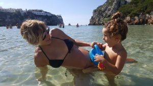 cala en porter 3 300x169 - Mejores zonas de Menorca para ir con niños y alojamientos para familias