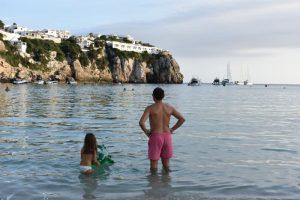 cala en porter 4 300x200 - Paradísiacas playas de Menorca para ir en familia
