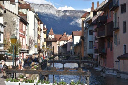 canales en Annecy con niños en un día