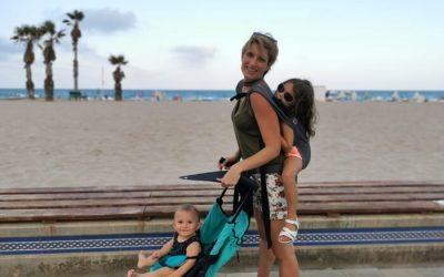 Un portabebés toddler y una silla ligera para viajar con dos bebés