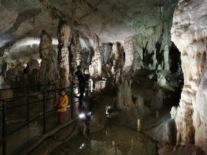 cueva postojna6 300x225 - De la cueva con tren eléctrico de Postojna al Castillo cueva de Predjama