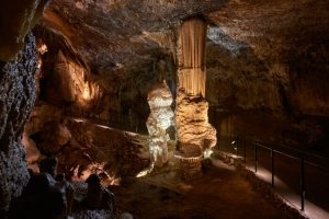 symbol postojna 300x200 - De la cueva con tren eléctrico de Postojna al Castillo cueva de Predjama