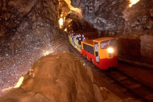 tren postojna 300x200 - De la cueva con tren eléctrico de Postojna al Castillo cueva de Predjama