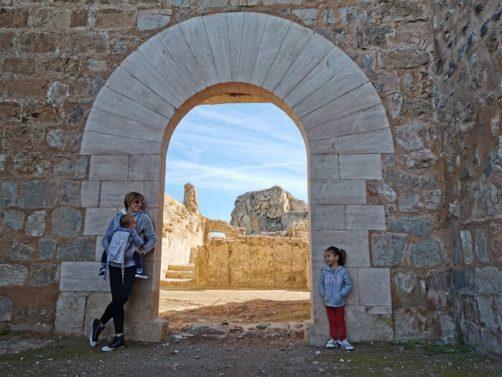 ayora puerta castillo1 502x377 - Ayora con niños, el interior de la Comunidad Valenciana mola mucho