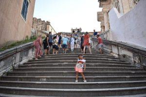 dubrovnik escaleras 300x200 - Dubrovnik con bebés o niños, la perla del Adrático en una tarde