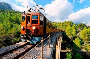 tren de sóller1 300x196 - Viajes en tren por España, experiencias inolvidables por Travel Bloggers