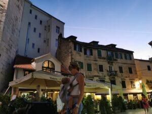 split de noche1 300x225 - Visitar Split con niños, descubriendo las maravillas de Croacia