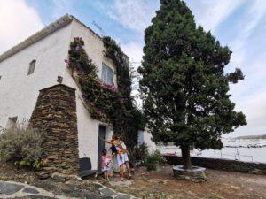 cadaques3 300x225 - Visitar Figueres con niños y sus alrededores en un día