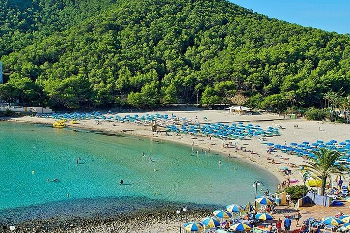 Cala Llonga, unas de las mejores zonas de Ibiza para viajar con niños